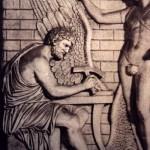 Rilievo di età romana raffigurante Dedalo con Icaro intenti a forgiare le ali.