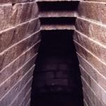 S. Cristina - Paulilatino (OR). Tempio a pozzo. Particolare della gradinata d'ingresso. Particolare della falsa volta.