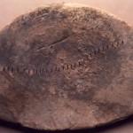 """S. Anastasia - Sardara (CA). Lingotto di piombo di forma ellittica, """" a macina"""", con impressioni a segmentini (VIII sec. a.C.)."""